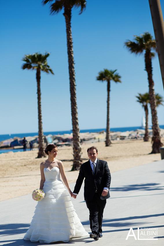 foto de boda en la playa de barcelona